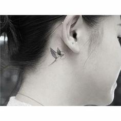 colibri tatuado parte trasera oreja