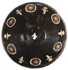Plat à fond noir, Iran Oriental, probablement Nishapur, Xème siècle A WHITE ON BLACK SLIP-PAINTED POTTERY BOWL, EASTERN PERSIA, PROBABLY NISHAPUR, 10TH CENTUR