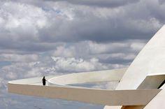 Oscar Niemeyer | LA RAMPE QUI ONDULE COMME UNE LIANE. Cette courbe spectaculaire traverse le dôme blanc et compact du Musée national à Brasilia, utopie des a...