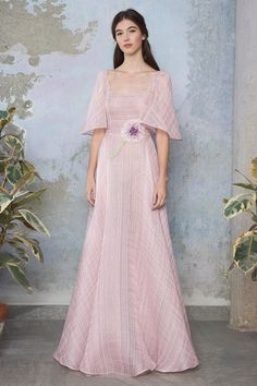 Look Q4 | Luisa Beccaria Unique Dresses, Lovely Dresses, Beautiful Gowns, Couture Fashion, Girl Fashion, Fashion Dresses, Vestidos Azul Serenity, Modern Filipiniana Gown, Podium