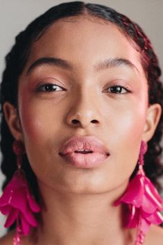 Yara Shahidi Tests This Season's Boldest Makeup Looks The college-bound star of black-ish goes for bold in this season's new versions of makeup classics. Blushes, Curly Hair Styles, Natural Hair Styles, Pele Natural, Bold Makeup Looks, Looks Black, Black Ish, Beauty Shots, Pink Lips
