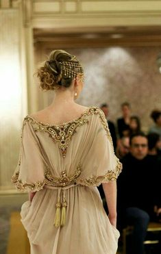 Not a real princess, but this beige caftan and headpiece is so stunning. Such Not a real princess, but this beige caftan and headpiece is so stunning. Such Style Couture, Couture Fashion, Lolita Fashion, Beautiful Gowns, Beautiful Outfits, Mode Glamour, Look Fashion, Womens Fashion, Fashion Art
