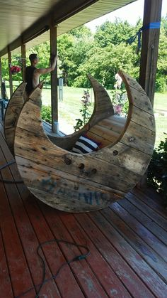 Diy Spool rocking chair shaped like the moon! Wooden Spool Projects, Wooden Spool Tables, Wood Shop Projects, Wood Spool, Diy Outdoor Table, Diy Outdoor Furniture, Diy Pallet Furniture, Pallet Ideas For Outside, Spool Chair