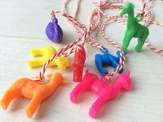 retro, kinderen, ketting, vriendschap, plastic, touwtje, peuter, kleuter, diy, maken, knutselen, doen, verjaardag, partijtje, aandenken, cadeautje, zelf, gemaakt, simpel, eenvoudig, goedkoop, traktatie, meisje, jongen, kleuren, hertje, bambi, giraf, zwaan