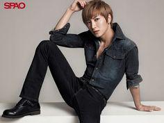 Leeteuk (Park Jung Soo). He's the leader.