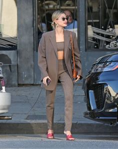 If Katie Holmes mastered off-duty cashmere (and she did), then Hailey Baldwin& suit look just nailed a more professional take on the iconic look. the newlywed took to the streets of LA with stylist Maeve Reilly in a taupe bralette-pant… Estilo Hailey Baldwin, Hailey Baldwin Style, Katie Holmes, Winter Trends, Celebrity Style Casual, Celebrity Street Fashion, First Date Outfits, Winter Stil, Girly