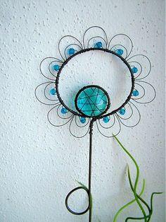 zápich je vyrobený z čierneho drôtu, doplnený korálikmi....dajú sa vyrobiť aj v inej farbe .... Zápich je určený do kvetináčika, či do vázičky. Pekne vynikne v okne, kde odráža svetlo.....