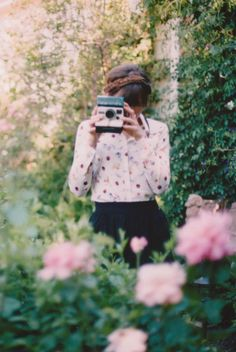 A girl and her Polaroid camera in the garden. Bon Look, Girls With Cameras, Miss Dior, Jolie Photo, Vintage Cameras, Poses, Taking Pictures, Grad Pictures, Hipster