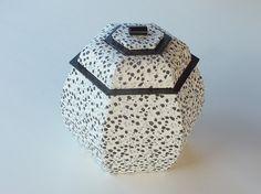 Frédérique D. vient de m'adresser les photos des derniers travaux qu'elle a réalisés à l'aide des fiches téléchargeables. Elle y a joint le commentaire suivant: Je vous envoie mes dernières réalisations pour mes cadeaux de noël , j'ai refait comme je... Cardboard Crafts, Diy Box, Packaging Design, Cube, Origami, Diy And Crafts, Decorative Boxes, Creations, Sculpture