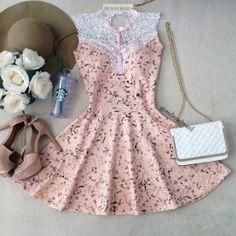 Vestido Ludmilla Neoprene C/BOJO D/ no Decote Renda Guipir( Estampa Fundo Rosê Mini Flores)