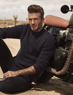 David Beckham & Kevin Hart Reunite for H&M Road Trip Style David Beckham, Moda David Beckham, David Beckham Fashion, Kevin Hart, Look Man, Men With Street Style, Modern Essentials, Gq Magazine, Poses For Men