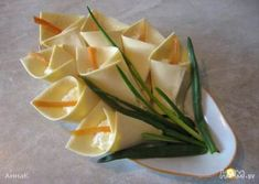 Appetizer ''calla lily'', made ​​with cheese, green onions and optional filling Fun Food Blumen flowers Lilien Käse Scheibletten Frischkäse Schnittlauch Party Buffet dip toast toast design hawaii rezepte ideas rezepte rezepte mit ei überbacken rezept Kids Party Snacks, Appetizers For Kids, Appetizers For Party, Fruit Decoration For Party, Food Decoration, New Fruit, Flower Food, Food Humor, Appetisers