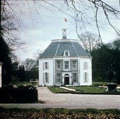 Drakenstein. Gebouwd door Gerard van Reede. Eigendom geweest van Paulus Willem Bosch van Drakestein. In 1959 gekocht door prinses Beatrix.