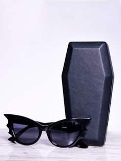 The vintage style batwing Cat-eye frames by La Femme en Noir are the perfect goth sunglasses that exude gothic glamour. They come with a coffin case to store your Vamp sunglasses in. Black Women Fashion, Dark Fashion, Gothic Fashion, Vintage Fashion, Womens Fashion, Steampunk Fashion, Emo Fashion, Runway Fashion, Vintage Style