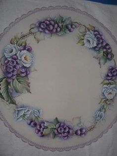 Violeta com magenta Bed Quilt Patterns, Lace Patterns, China Painting, Pictures To Paint, Fabric Painting, Handicraft, Fabric Design, Diy And Crafts, Floral Wreath