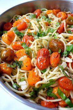 Esta pasta vegana con tomates asados, ajo y albahaca es tan fácil que necesitarás siete ingredientes y 25 minutos para poner este plato sencillo en la mesa.
