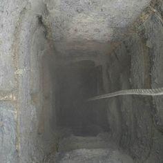 Tässä hormi ennen massausta eli kesken nuohouksen. Kuten näkyy on piippu muurattu kalkkihiekkatiilistä ja hormien välinen seinä on lappeelleen muuratuista tiilistä tilan säästämiseksi. Tiilien saumat ovat ajan mittaan rapautuneet siinä määrin että tilanne alkoi olla heikomman näköinen. Lisäksi hormissa ollut öljypannu on rapauttanut myös tiilten pintoja. Kuitenkaan vuotoja hormista toiseen ei ollut eikä nuohouksenkaan yhteydessä irronnut tiilenpaloja eli tilanne ei ollut mitenkään toivoton…