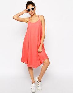Kleid von Glamorous leichter Webstoff U-Ausschnitt Riemendesign hinten reguläre Passform - entspricht den Größenangaben Handwäsche 100% Polyester Model trägt UK-Größe 8/EU-Größe 36/US-Größe 4 und ist 176 cm/5 Fuß 9,5 Zoll groß groß