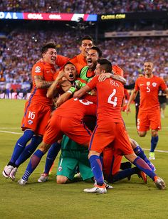 Claudio Bravo of Chile is mobbed by his teammates after defeating Argentina to win the Copa America Centenario Championship match at MetLife Stadium. Fifa, Claudio Bravo, Copa America Centenario, Metlife Stadium, Football Wallpaper, World Football, World Of Sports, Pro Cycling, Basketball Court