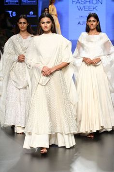 How to wear 1 lehenga choli in 10 different ways, Lehenga Anarkali Dress – Lacha style, Anarkalis and Lehenga will never go out of style as they are a classic. You can wear anarkali as the blouse/choli of your lehenga as lacha, you get a brand new outfit. White Anarkali, Anarkali Dress, Lehenga Choli, Pakistani White Dress, Sharara, Indian Attire, Indian Ethnic Wear, Dress Indian Style, Indian Dresses