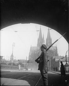 Durham Light Infantry guard on the Hohenzollern Bridge, Cologne, March 1919.