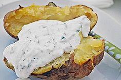 Die Kartoffeln gründlich in kaltem Wasser waschen und bürsten. 4 Bögen Alufolie in der Mitte leicht mit Öl bestreichen. Die Kartoffeln mit jeweils einem Zweig Rosmarin und Thymian in die Folie wickeln. Die Kartoffelpakete auf einem Backblech in den auf 200 Grad vorgeheizten Backofen schieben und 40-60 Minuten backen. Wenn man problemlos ein Holzspießchen in die Kartoffeln stechen kann, sind sie gar. In der Zwischenzeit den Quark mit so viel Milch verrühren, dass eine dickflüssige Creme…
