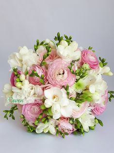 Bidermajer sa Frezijama, ornitogalumima, margaretama. Summer Wedding Bouquets, Wedding Cakes With Flowers, Bride Bouquets, Bridal Flowers, Flower Bouquet Wedding, Floral Bouquets, Floral Wedding, Sophisticated Wedding, Floral Arrangements