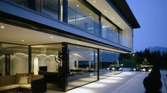 Die Schiebeflügel haben eine Breite von bis zu 4.6 Metern und ein Gewicht von über 800 kg - air-lux.ch  #architektur #fenster #schiebefenster