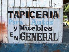 Cacería Tipográfica N° 118: Letras pintadas en el kiosko de madera donde daban el servicio de tapicería. Zona de Umacollo en Arequipa.