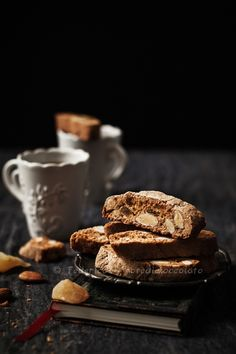 Discover tips and facts on fine Italian Cuisine and Italian wine. Rustic Bakery, Cookie Recipes, Dessert Recipes, Café Chocolate, Food Flatlay, Best Food Photography, Biscuits, Profiteroles, Cannoli