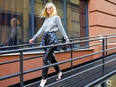 """Ok, não se trata de """"uma moda"""", melhor definir como uma forte tendência: camisas, malhas e moletons amarrados à cintura."""