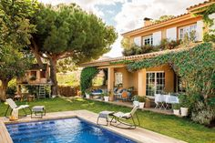 Bougainvillea: the best gardens in El Mueble with this climber Even though ancient with strategy, Outdoor Rooms, Outdoor Living, Outdoor Decor, Steep Gardens, Floating Deck, Porch Area, Covered Pergola, Forest House, Bougainvillea