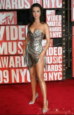 Katy Perry looks fierce as she arrives at the 2009 MTV Video Music Awards . This was one of my favorite looks of the night , Katy is wearing little more than the sparkly, silver mini-dress by The B… Katy Perry Legs, Beautiful Legs, Beautiful Women, Gorgeous Body, Beautiful People, Katy Perry Fotos, Kati Perri, Mtv Videos, Mtv Video Music Award