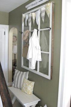 Alte Fenster -dekoration-wandfarbe-khakifarbe-sitzbank-weiss-wandhaken-flur
