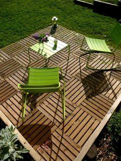 JEUX DE NIVEAUX | Terrasse caillebotis bois, mobilier métal coloré, retenue de terre | Constans Paysage