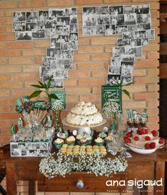 Festa fotográfica com muita história para contar. Uma linda mesa de doces com os momentos mais emocionantes do aniversariante de 77 anos. #festafotografica #anasigaud #decoracaofesta #felizaniversario