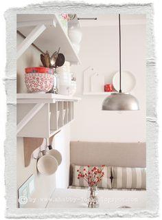 Nachdem die neue Lampe an der Decke hängt, bekommt die Sitzecke in der Küche  eine Prise  rote Farbe als Akze...