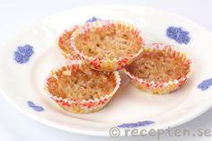 Snabba havrekakor - Knäckiga havrekakor som går supersnabbt att göra. Smält bara smör och blanda med socker och havregryn. Klicka i formar och grädda i ugn. Klart.