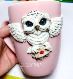 Автоматический альтернативный текст отсутствует. Polymer Clay Owl, Polymer Clay Projects, Polymer Clay Creations, Clay Crafts, Biscuit, Clay Cup, Clay Ornaments, Miniature Crafts, Clay Dolls