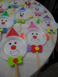 Pratinhos descartáveis viram lindos bichinhos, podemos fazer várias atividades, decorar o ambiente escolar ou simplemente criar com os ... Kids Crafts, Clown Crafts, Carnival Crafts, Carnival Themes, Preschool Crafts, Easter Crafts, Diy And Crafts, Arts And Crafts, Paper Plate Crafts