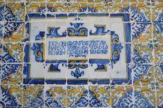"""Inscrição a dizer que esta obra de azulejos foi mandada fazer por D. Lourença de Melo, """"à sua custa"""", em 1671. Memories, Frame, Home Decor, Tiles, Memoirs, Picture Frame, Souvenirs, Decoration Home, Room Decor"""