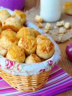 sajtos pogácsa Hungarian Recipes, Hungarian Food, Croissant, Scones, Biscuits, Muffin, Rolls, Food And Drink, Cooking Recipes