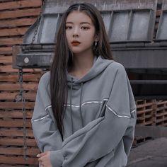 photo not mine Kpop Aesthetic, Aesthetic Photo, Aesthetic Girl, Uzzlang Girl, Kpop Girls, Girl Crushes, Korean Girl, Girl Group, Ikat