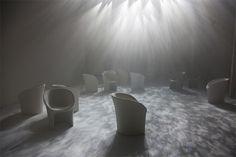 吉岡徳仁氏によるインスタレーション「TWILIGHT」が発表された。光と感覚によって空間がつくり出され、新作の椅子「MOON」が美しく佇む。