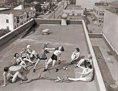 Des femmes pratiquant la boxe sur un toit (Los Angeles, 1933)