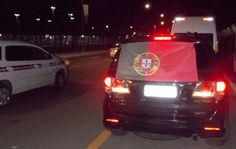 Torcedores saem em carreta rumo ao hotel onde os lusos ficarão hospedados (Foto: Thiago Pereira)