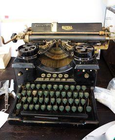 Royal  nº 10. Año: 1924. Barlock Typewriter Company, Londres, Inglaterra.  Inventada en 1889 por Charles Spiro relojero de Nueva York, la Bar-Lock es un diseño de trazo hacia abajo con un teclado completo y una carcasa frontal que cubre todo el arco de las letras que son del tipo vertical.   Se destaca por su doble teclado - para mayúsculas y minúsculas, y la ornamentación en la parte frontal de la máquina.