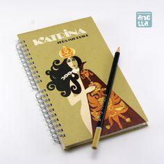 Libreta hecha a mano reciclando las tapas de un viejo ejemplar de la novela «Katrina».
