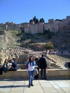LACOTEC en Málaga: El Teatro Romano de Málaga fue una edificación promovida por el emperador Cesar Augusto, en la ciudad romana de Malaca, actual Málaga, España. Su construcción se produjo en el siglo I a. C. y se encuentra al pie del monte Gibralfaro, junto a la Alcazaba, en la calle Alcazabilla.
