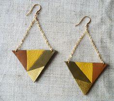 Boucles d'oreilles triangle en cuir recyclé marron doré vert kaki jaune avec chaine plaqué or et attaches en acier chirurgical plaqué or par Adorness #cuir #upcycling #triangle #graphique